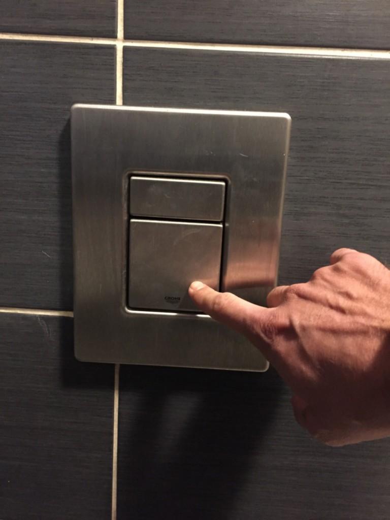 chasse-d-eau-des-toilettes-du-bar-le-pub-a-epinal-2