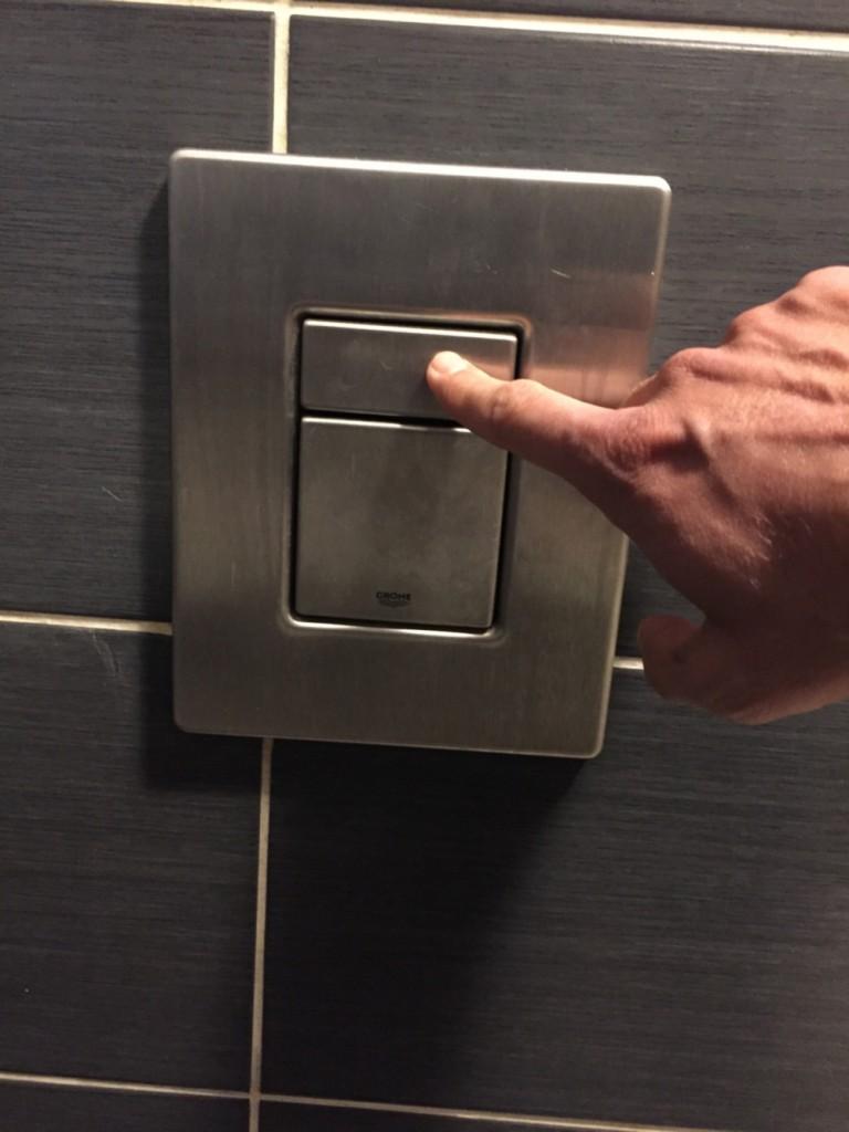 chasse-d-eau-des-toilettes-du-bar-le-pub-a-epinal-3