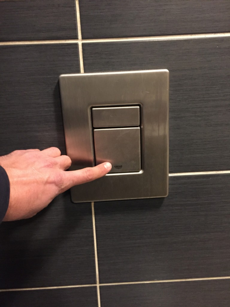 chasse-d-eau-des-toilettes-du-bar-le-pub-a-epinal-4