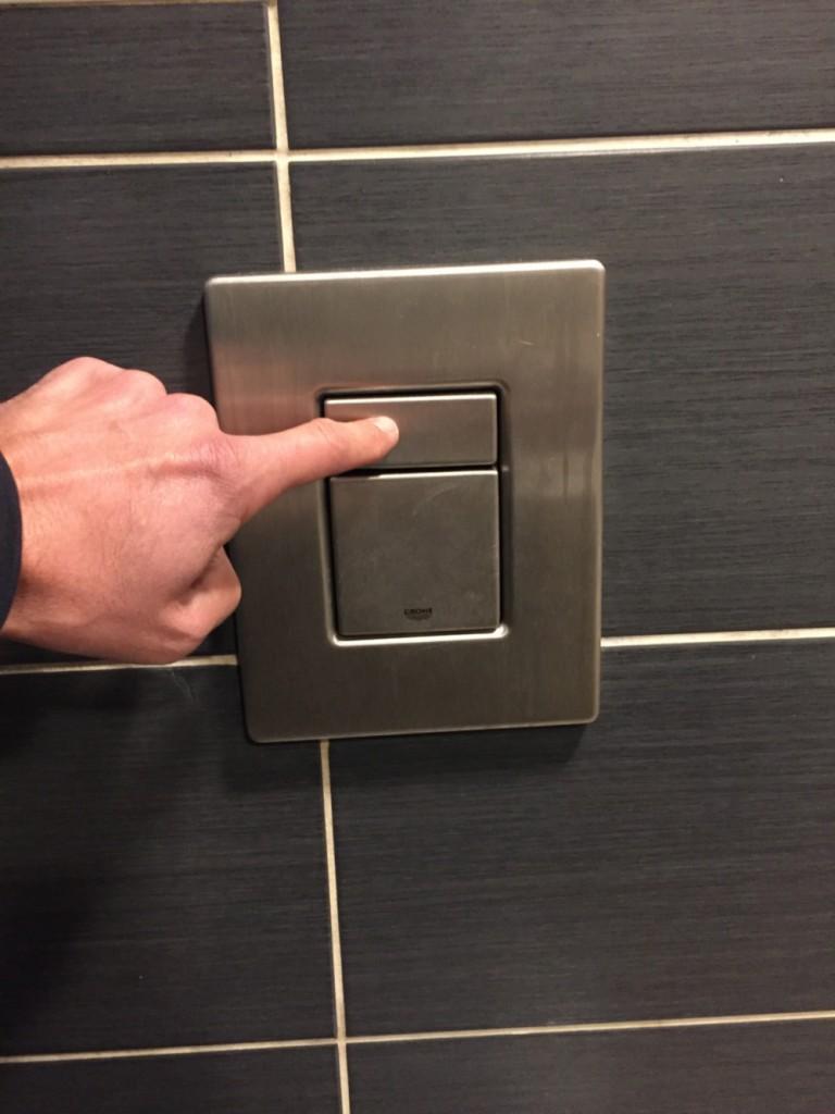 chasse-d-eau-des-toilettes-du-bar-le-pub-a-epinal-5